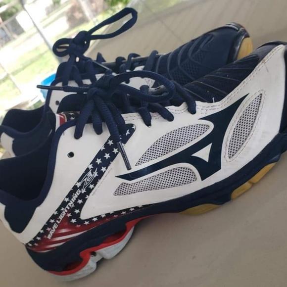 mizuno volleyball shoes 7.5 usa
